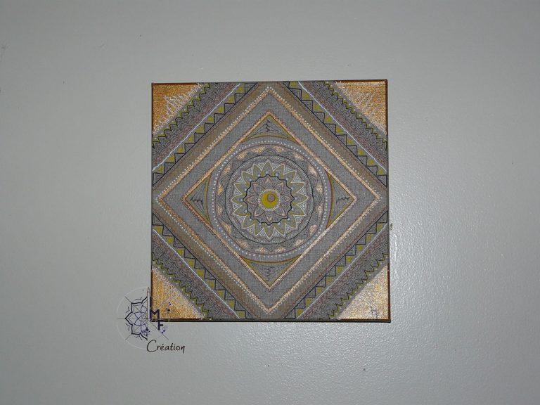 tableau mandala carré doré sur mur